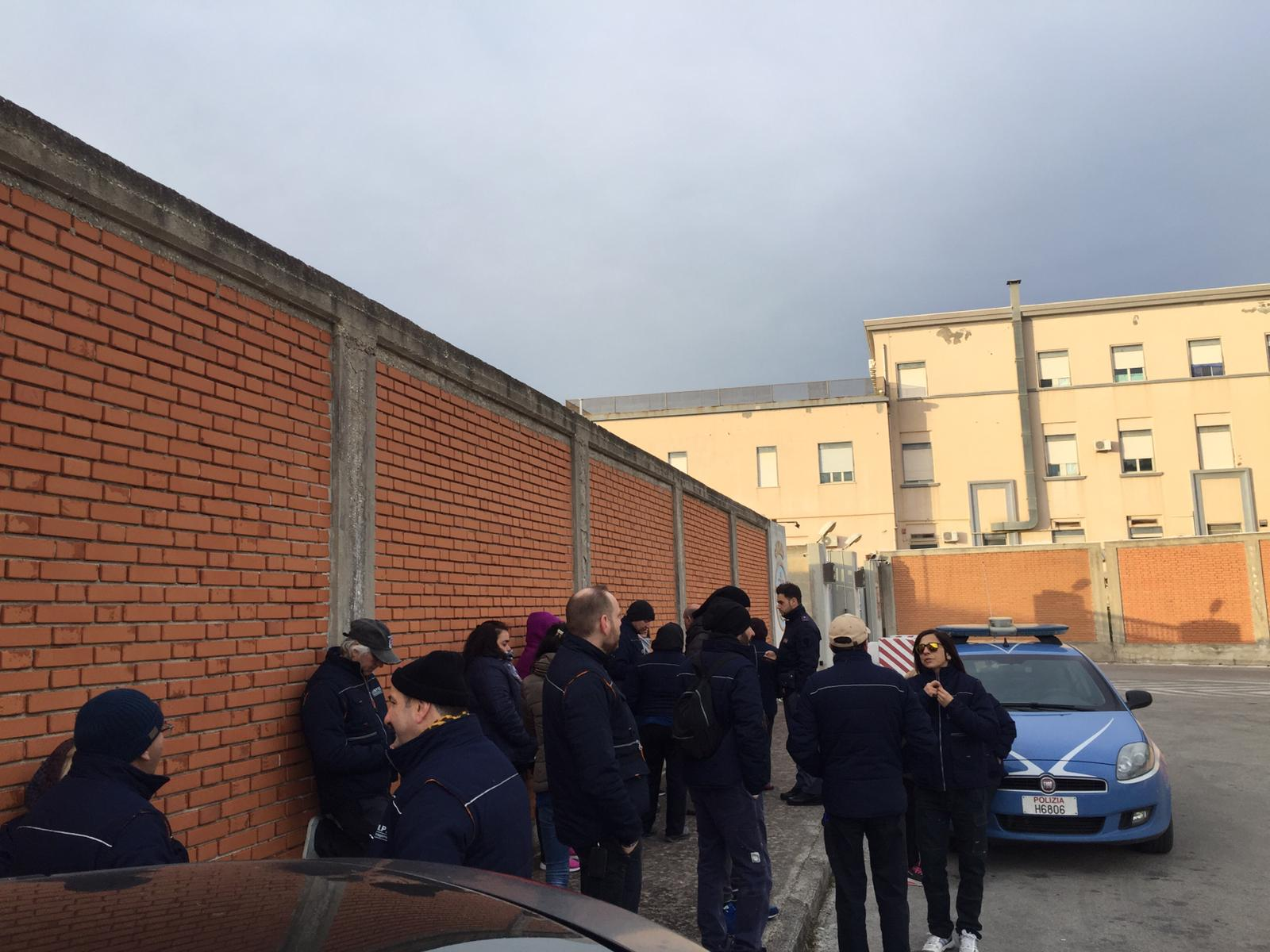 PROTESTA SPONTANEA DEI PULIZIERI DELLA MARINA MILITARE DI AUGUSTA