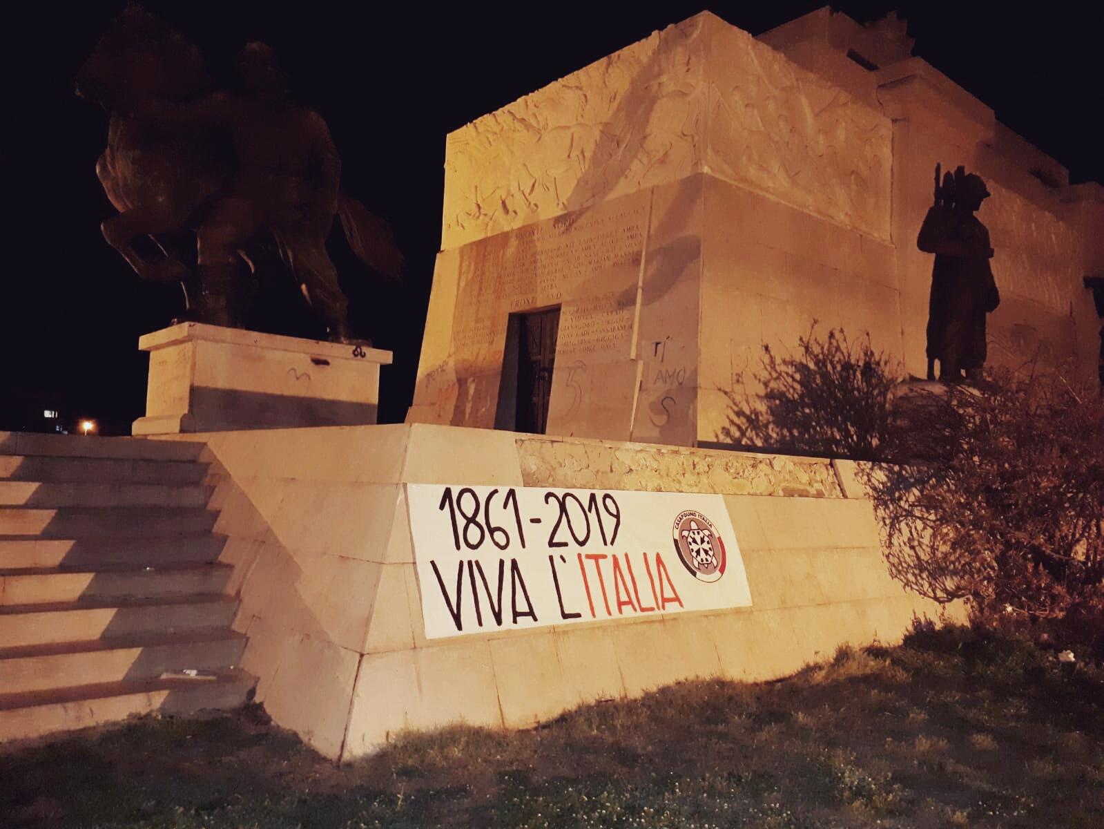UNO STRISCIONE DI CASAPOUND SULL'ITALIA INDIPENDENTE CONTRO LA DITTATURA DI BRUXELLES