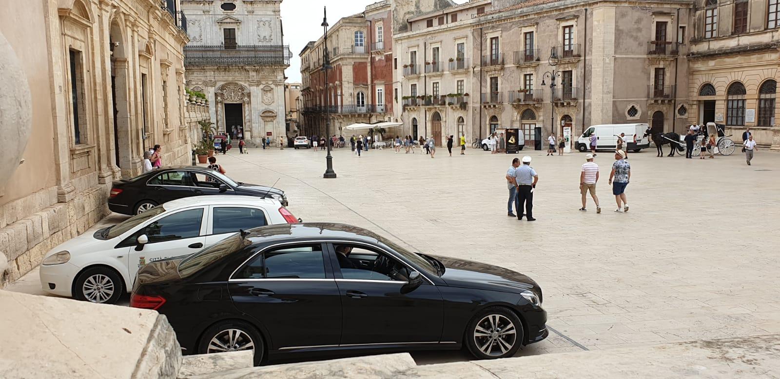 MA CHE CI FANNO TUTTE QUELLE AUTO PARCHEGGIATE IN PIAZZA DUOMO?